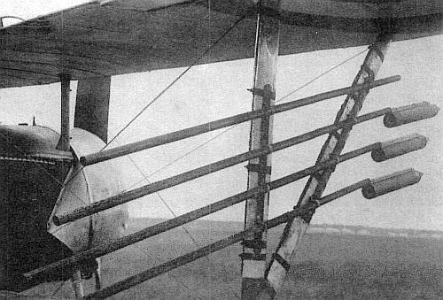 Пусковые установки с ракетами Ле-Приера на межкрыльевой стойке истребителя «Ньюпор»