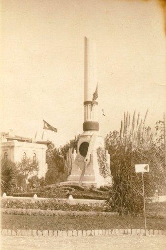Памятник жертвам авиационных катастроф на площади Фатих в Стамбуле.
